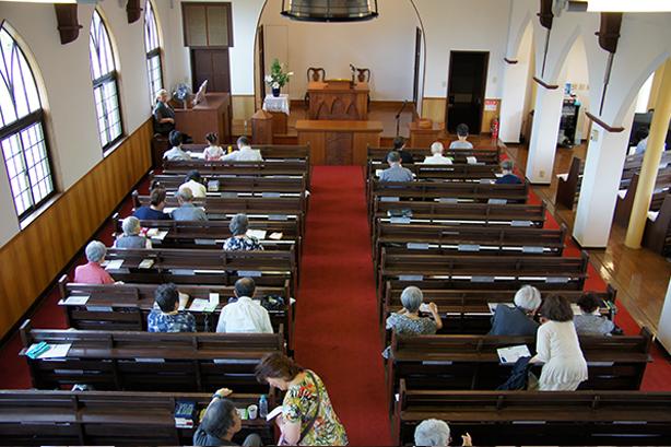 2.案内係が礼拝堂へ案内します。